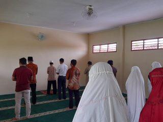 Sholat berjamaah GTK SMP Ma'arif Imogiri